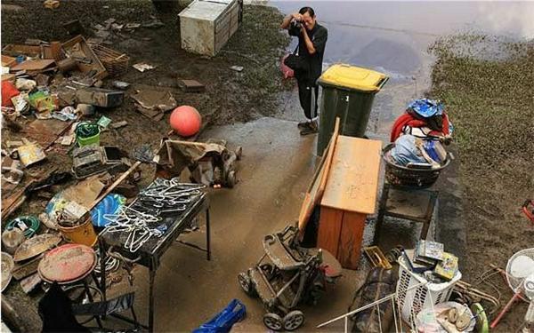 Повені в Австралії: вода пішла, жителі чистять вулиці