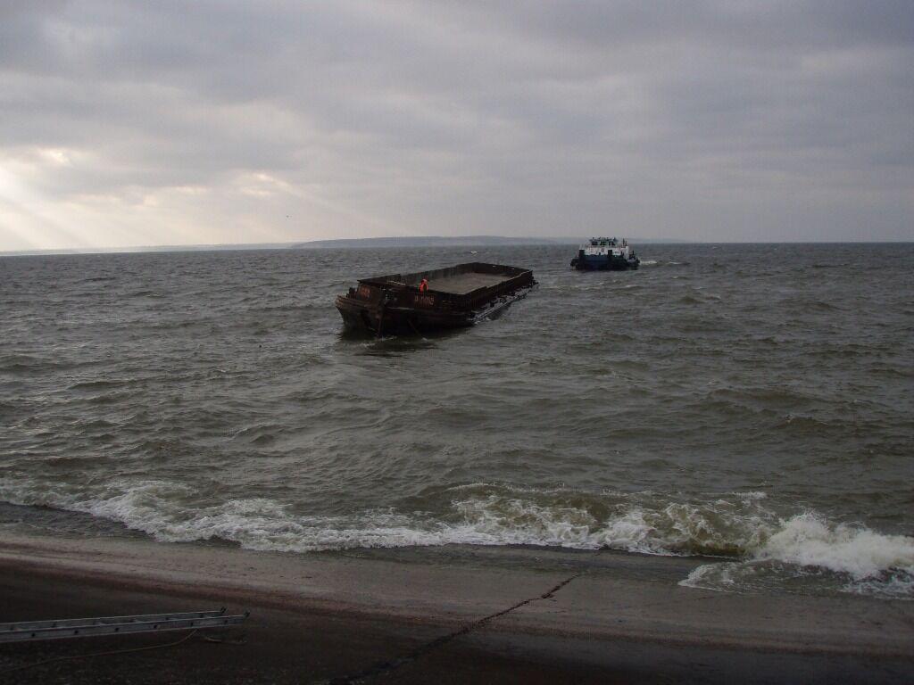 "Экипаж буксира ""Нибулон-1"" спас моряка и две баржи в Кременчугском водохранилище"