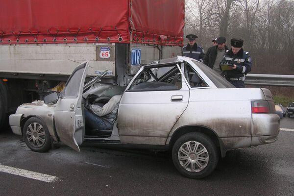 Жуткое ДТП на Ривненщине: водитель влетел в фуру и погиб на месте. Фото