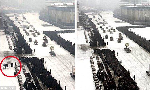 """Власти КНДР убрали с фото похорон Ким Чен Ира """"лишних людей"""""""