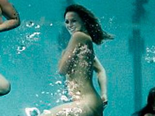 Британские пловчихи устроили откровенную фотосессию в бассейне. Фото
