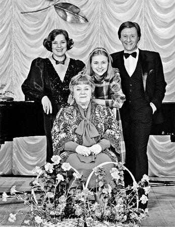 Зоряне сімейство: Лариса Голубкіна, Марія Голубкіна, Андрій Миронов і Марія Володимирівна Миронова (в центрі).