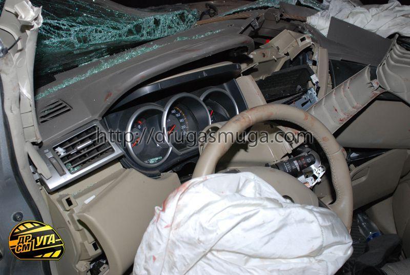 Девушка на Nissan Tiida сбила пешехода и врезалась в столб - три человека погибли
