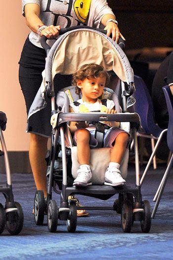 Лопес вынуждена брать на работу детей