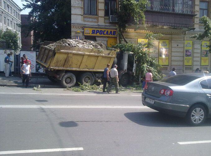 ДТП в Киеве: у полностью груженного грузовика отказали тормоза – затормозил об магазин. ФОТО