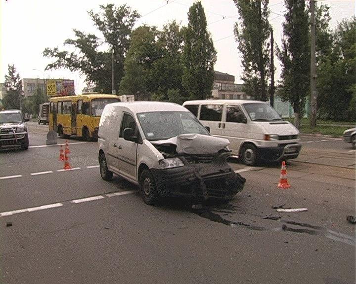 В Киеве Volkswagen Caddy «отфутболил» «Таврию» на 30 метров