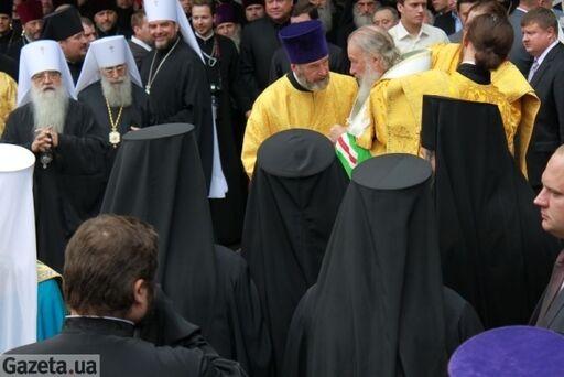 Кирилл приехал на молебен в роскошном «Мерседесе». Фото