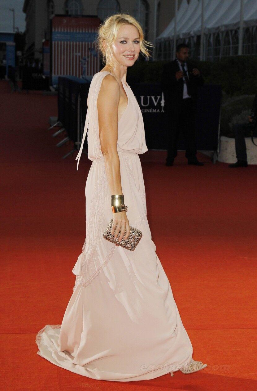 Наоми Уоттс в длинном кремовом платье на красной дорожке