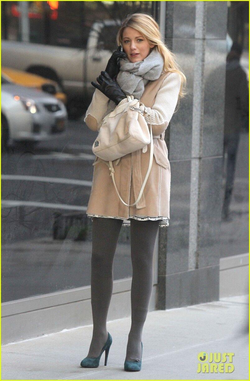 Лайвли красуется в новом пальтишке. Фото