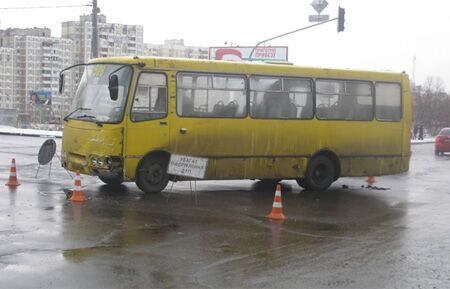 В Киеве маршрутка попала в ДТП, есть пострадавший. Фото