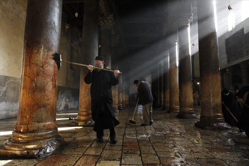 Священики зі швабрами влаштували бійку у храмі