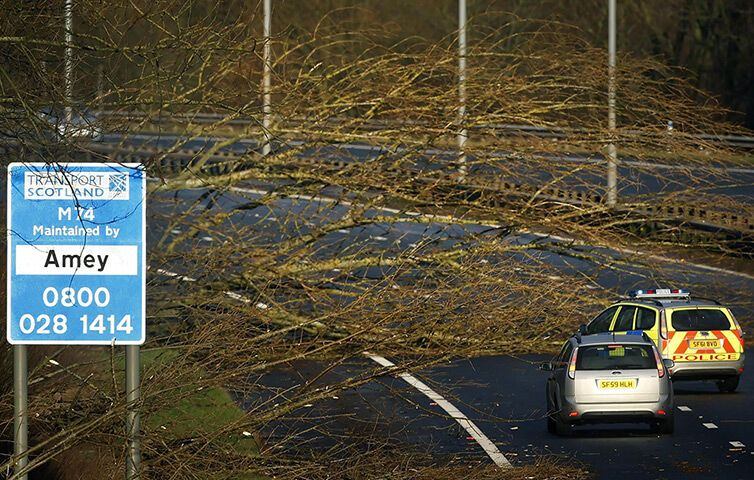 Європа потерпає від негоди: повалені дерева, розбиті автомобілі. Фото, відео