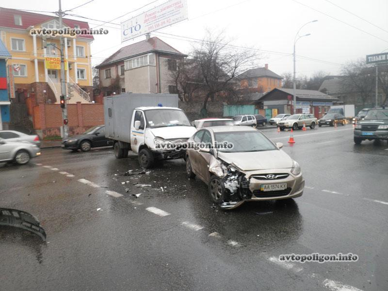В Киеве столкнулись автозак и иномарка. Фото