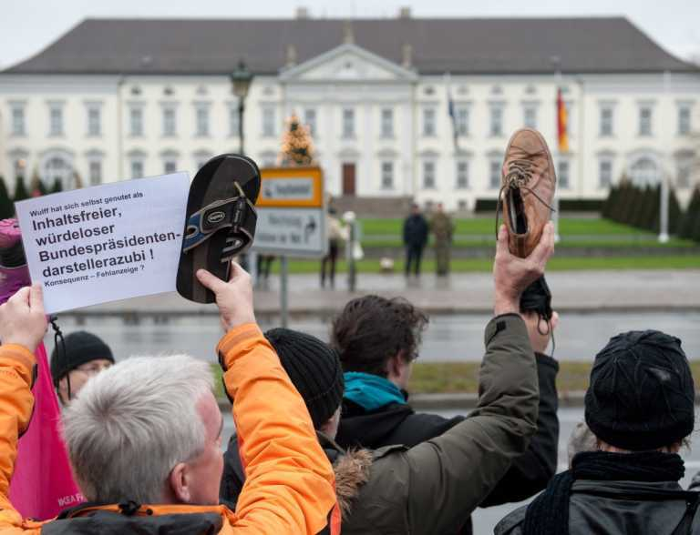 У Німеччині сотні людей з черевиками в руках вимагали відставки президента. Фото