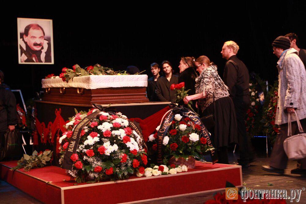 Проститься с Ильей Олейниковым пришли около 1000 человек