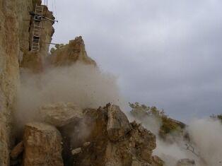 У Криму обвалили в море скелю-вбивцю вагою 500 тонн. Фото