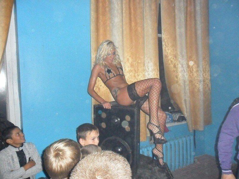 У будинку культури під Одесою дітей розбещують напівголі дівчата. Фото