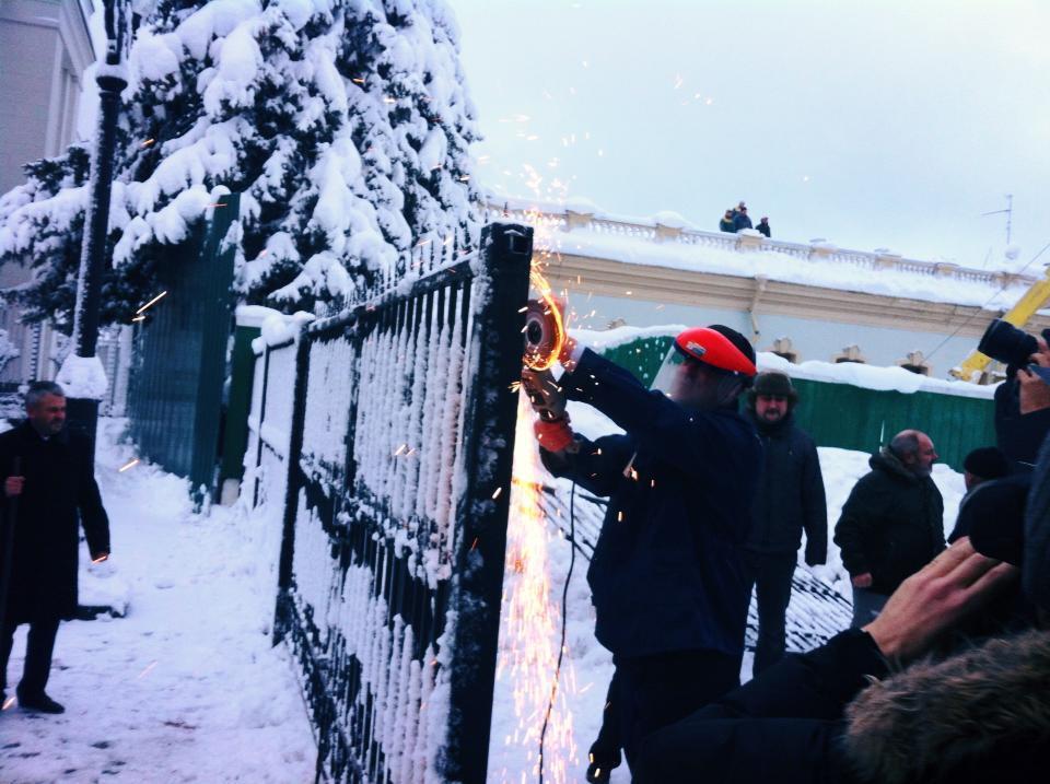"""""""Свобода"""" снесла ворота под Радой. Добавлено видео"""