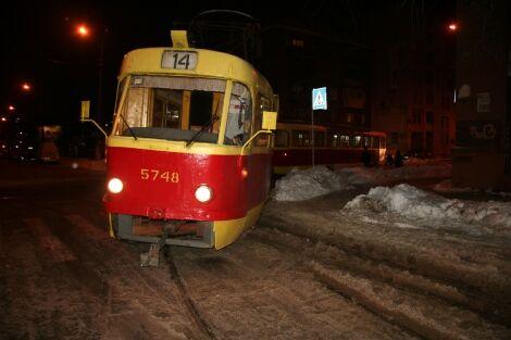 На Подолі з рейок зійшов трамвай