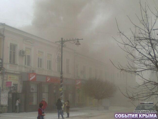 У центрі Сімферополя біля кримського парламенту горить будинок
