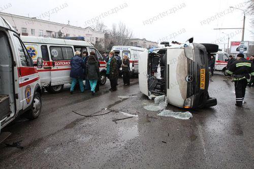 В Запорожье перевернулась маршрутка: есть жертвы. Фото