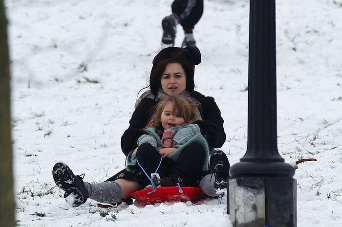 Семейка Картер-Бартон резвится в снегу. Фото
