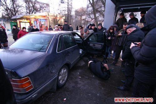 В Житомире пьяный водитель въехал в остановку с людьми