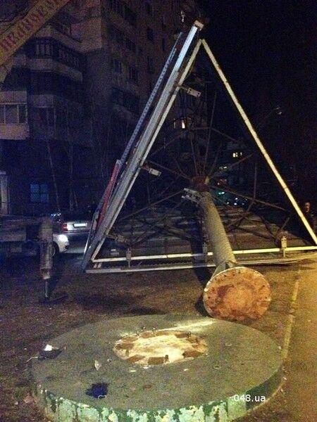 В Одессе на оживленном перекрестке упал рекламный щит. Фото