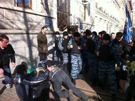 """Під будівлею """"Нафтогазу"""" """"Беркут"""" напав на активістів. Фото"""