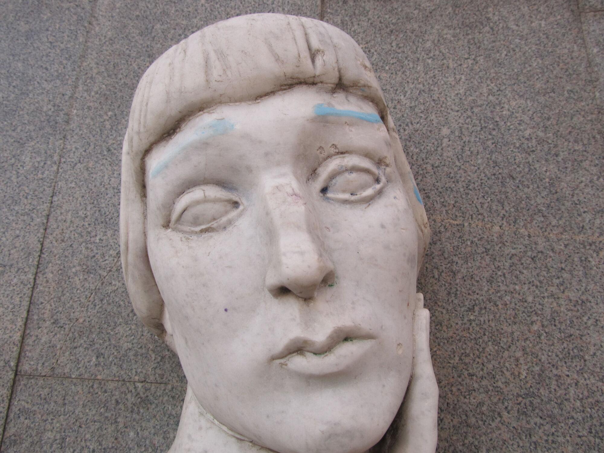 В Одессе вандалы разукрасили памятник Ахматовой. Фото