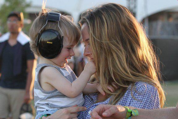Сильверстоун взяла сына на фестиваль. Фото