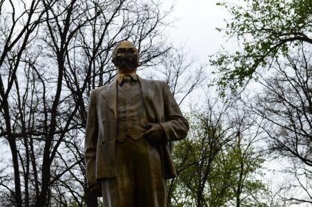 В Кривом Роге изуродовали памятник Ленину. Фото