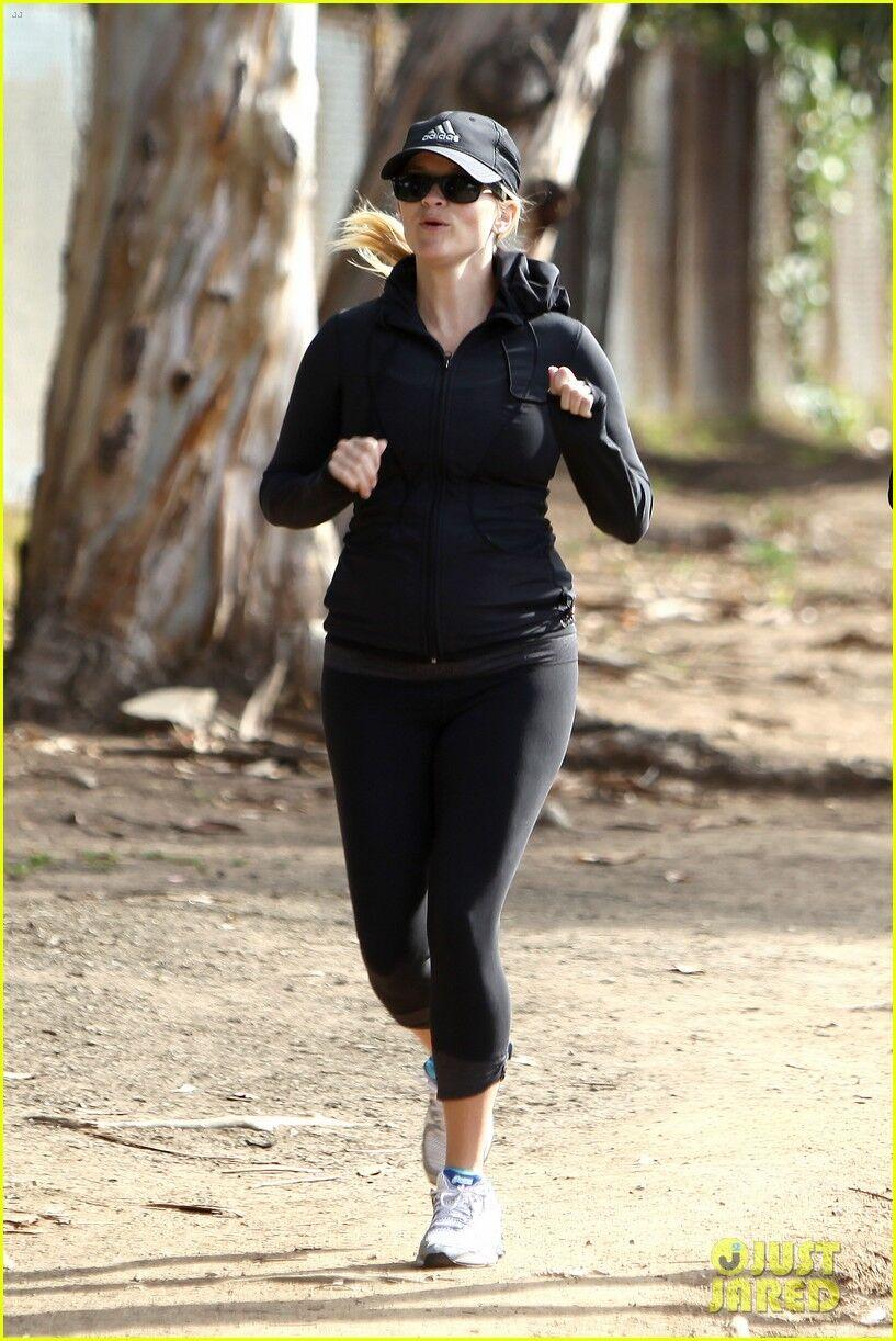 Беременная Уизерспун продолжает бегать. Фото