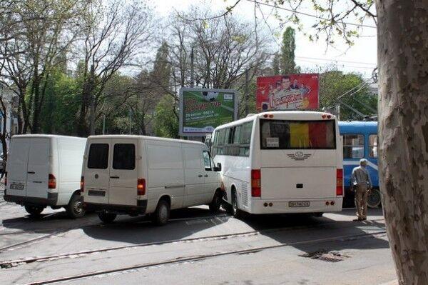 В Одессе трамвай протаранил рейсовый автобус. Фото