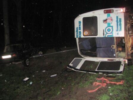 На Львовщине ВАЗ влетел в микроавтобус: травмированы восемь человек. Фото