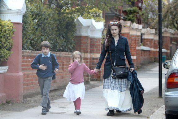 Бонэм Картер шагает по Лондону. Фото