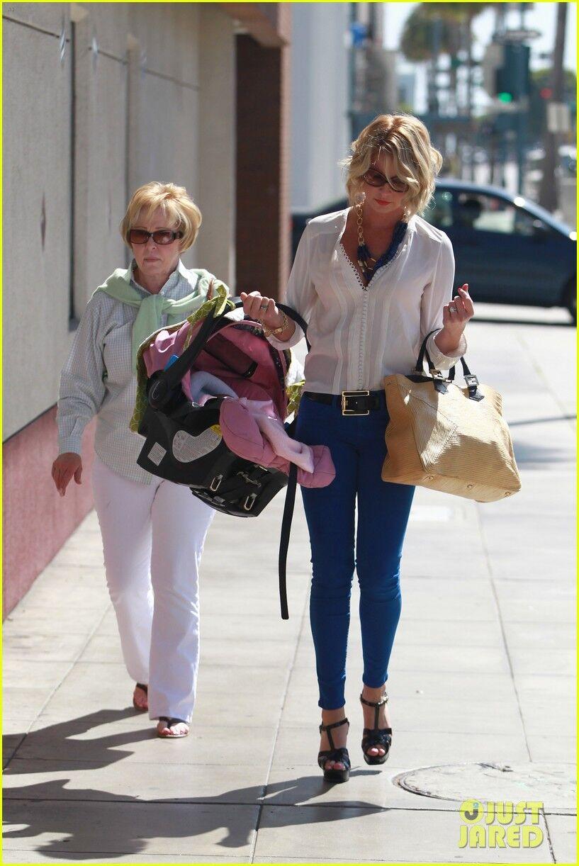Кэтрин Хейгл носит дочь в корзинке.Фото