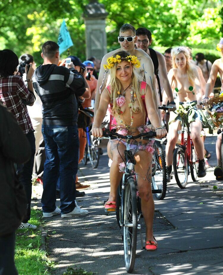 Голые велосипедисты и велосипедистки протестуют против пробок. Фото