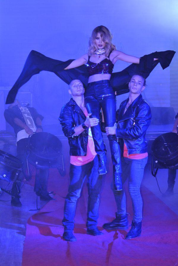 Мадонні подарують чорно-білу вишиванку