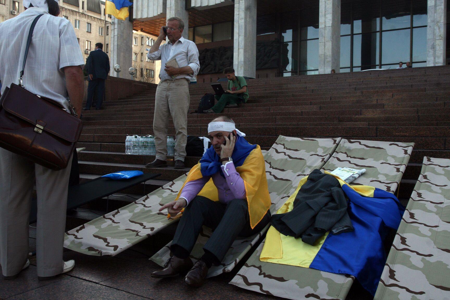 Оппозиционеры начали голодовку, требуя отменить закон о языках