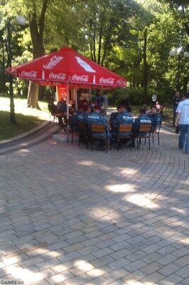 """Бійці """"Беркута"""" під Радою коротають час у літньому кафе"""