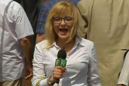 Журналістка впала в істерику під Українським домом