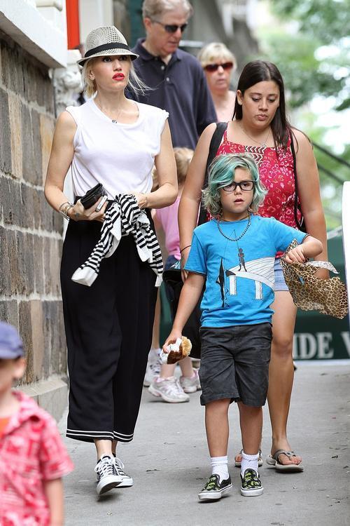 Гвен Стефани не устает развлекать детей. Фото