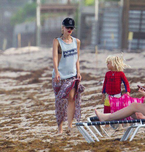 Стефани устроила семейный поход на пляж. Фото