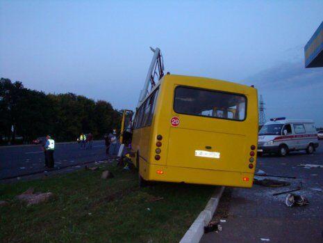 Под Харьковом водитель джипа не пропустил автобус: 26 пострадавших