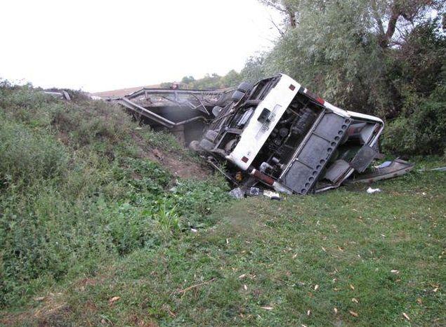 На Хмельнитчине автобус упал с моста: двое погибших