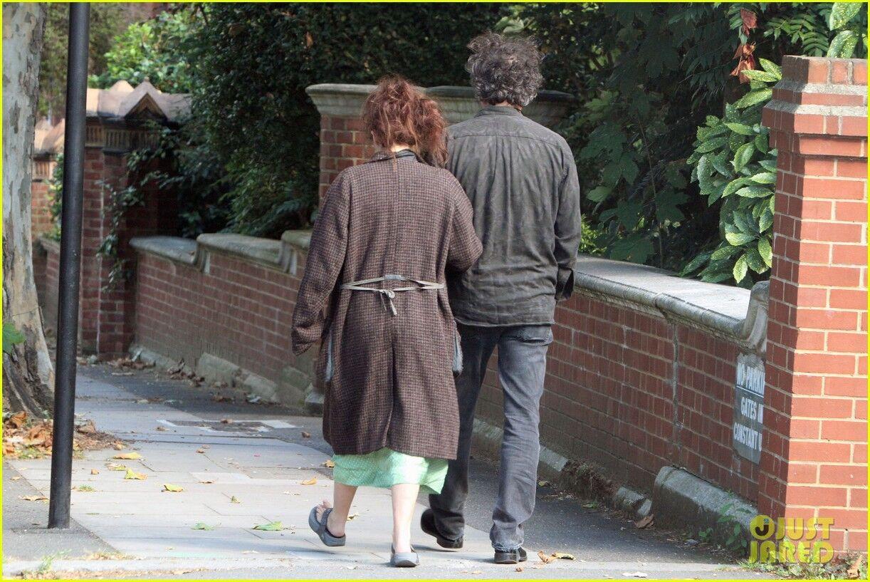 Бонэм Картер и Бартон прогуливаются не спеша. Фото