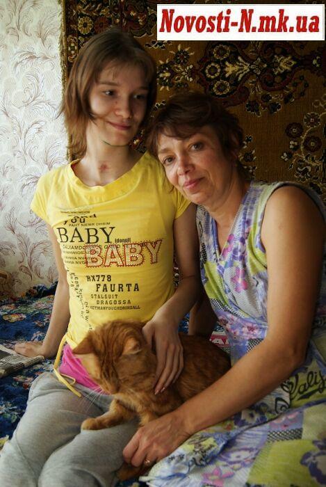 Саша Попова уже помогает маме и просится на свежий воздух