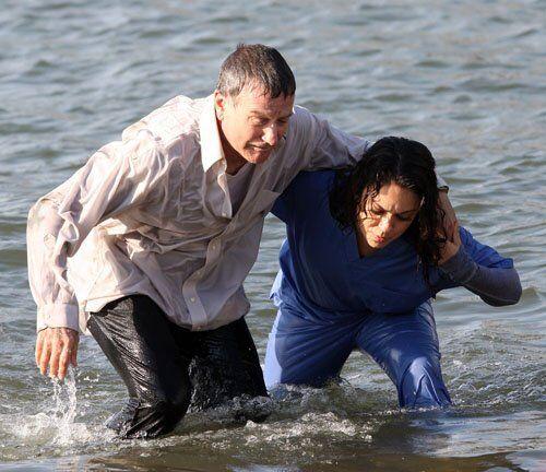 Кунис вытащила Уильямса из реки. Фото
