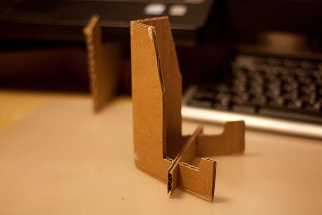 Как сделать подставку для телефона из картона своими